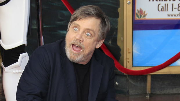 Star Wars-Darsteller Mark Hamill alias Luke Skywalker zeigt auf seinen Stern auf dem Walk of Fame in Hollywood
