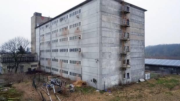 """Großbetrieb Vermehrungszucht: Im """"Schweinehochhaus"""" in Maasdorf (Sachsen-Anhalt) werden bis zu 3.000 Sauen und ihre Ferkel auf sechs Etagen gehalten."""