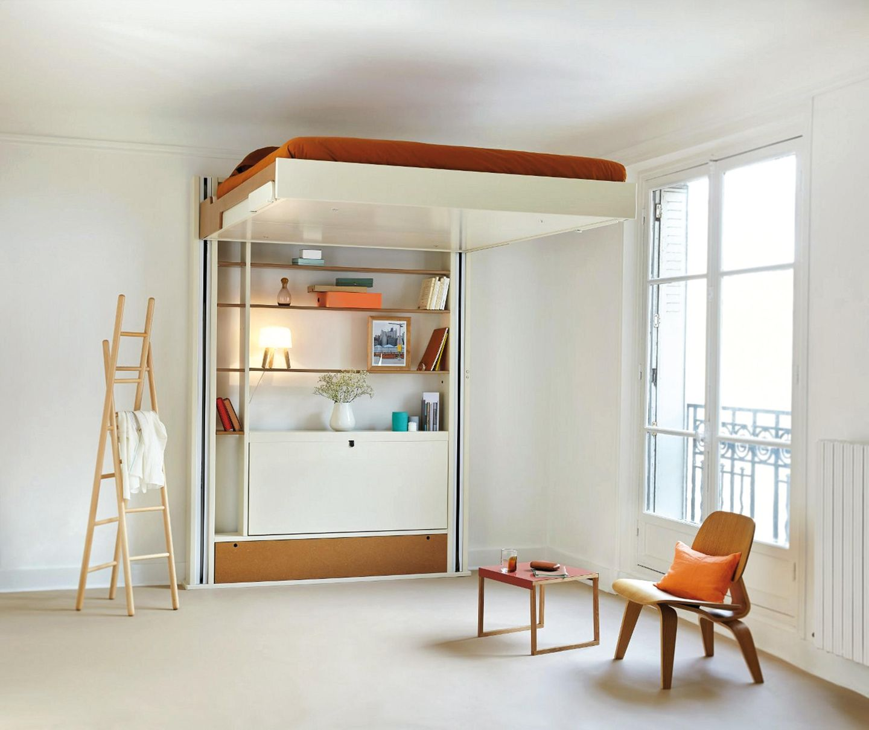Das hochfahrbare Bett: Warum sollte das Bett tagsüber wertvollen Platz wegnehmen? Das Modell von Espace Loggia lässt sich unter die Decke fahren...