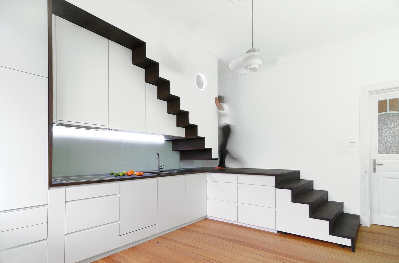 Die Treppenküche: Architekt Gerd Streng lässt die Treppe ins Obergeschoss mit der Küchenzeile verschmelzen.