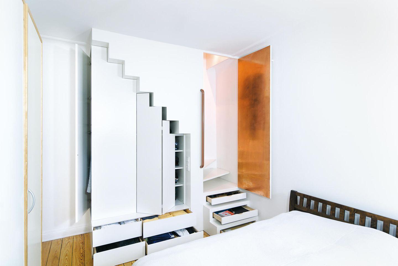 Das Treppenmöbel: Dieser Raum wurde nachträglich mit dem Stockwerk darüber verbunden. Die Einbauschrank-Treppe des Architekten Gerd Streng sorgt für eine platzsparende und praktische Lösung.