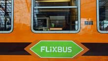 Ein grüner Aufkleber soll den orangenen Locomore-Zug in einen FlixTrain verwandeln.