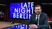 Klaas Heufer-Umflauf im Studio von Late Night Berlin