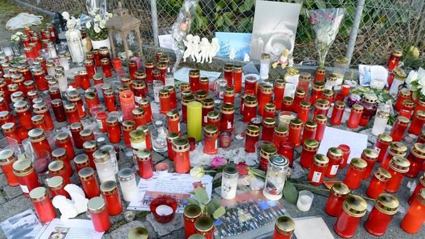 Bewohner der Gemeinde Rupperswil legten beim Haus, in dem die vier Opfer aufgefunden worden waren, als Zeichen der Betroffenheit Blumen, Kerzen und Karten nieder.