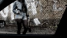missbrauch in Telford: Junges Mädchen steht an einem Auto
