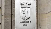 """Am Kriminalgericht Moabit hängen Metallschilder mit Berliner Wappen und  """"Landgericht Berlin"""" und Staatsanwaltschaft Berlin"""