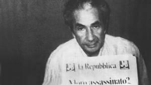 """Der entführte Aldo Moro im Versteck der brigate rosse. Er hält eine Ausgabe der römischen Zeitung """"La Repubblica""""."""