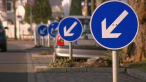"""Das Schild """"Vorgeschriebene Vorbeifahrt"""" weist in Berlin Pankow auf einer Strecke von 600 Metern an 44 Stellendie Autofahrer darauf hin, nicht über die Grüninseln zwischen den Parkbuchten zu fahren. Kostenpunkt: rund 132.000 Euro Steuergelder!"""