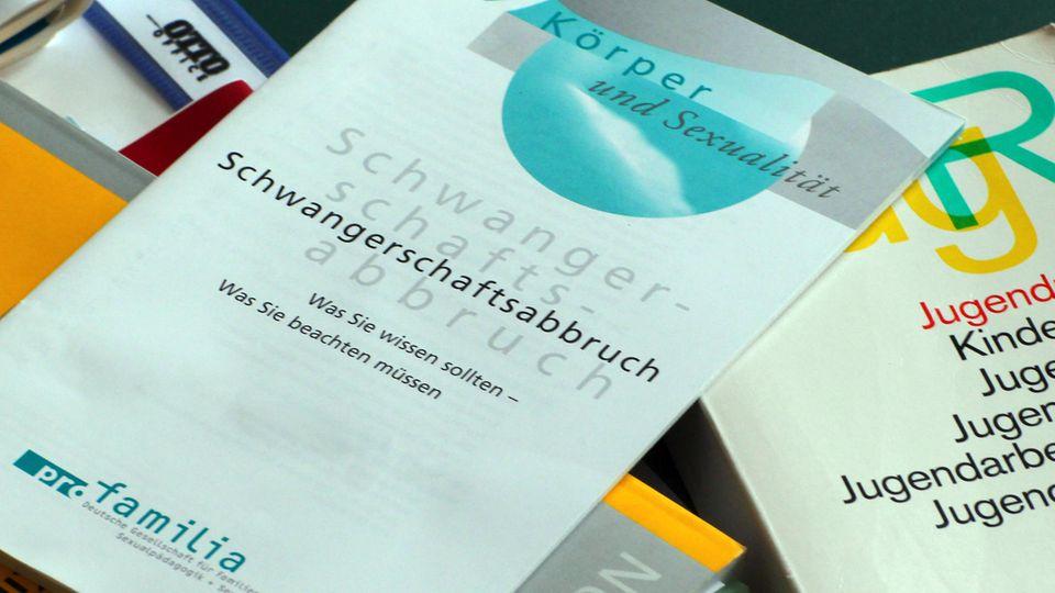 Pro-Familia-Broschüre über den Schwangerschaftsabbruch: Das Werbeverbot bleibt vorerst. Die SPD hat vorerst auf eine Streichung verzichtet.