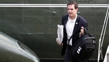 John McEntee, persönlicher Assistent von Donald Trump, vor einem Flugzeug