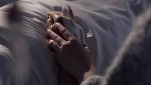 Junge und alte Hände greifen ineinander