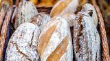 Brot  Nach Ablauf noch unbedenklich?Ja, mehrere Tage      Wie prüfen?  Augen:schimmelig  Nase:muffig, alt  Mund:altbacken      Was tun?  Verschimmeltes Brot oder Brötchen ganz entsorgen.    Vorsicht: Schimmel hat unterschiedliche Farben, z.B. weiß, blau oder grün.    Er beginnt häufig mit kleinen weißen Pünktchen, wächst dann weiter und wird meistens blau-grünlich.    Trockene Brotreste zu Semmelknödel oder Croutons verarbeiten oder hart werden lassen und daraus Paniermehl machen.      Tipp:So bleiben Brot und Brötchen länger frisch:Dunkel, bei Zimmertemperatur, nicht im Kühlschrank. Ganzes und dunkles Brot (z.B. Sauerteig- oder Roggenbrot) hält länger als in Scheiben geschnittenes und helles Weizenbrot. Brotkasten statt Plastiktüte. Portionsweise einfrieren.