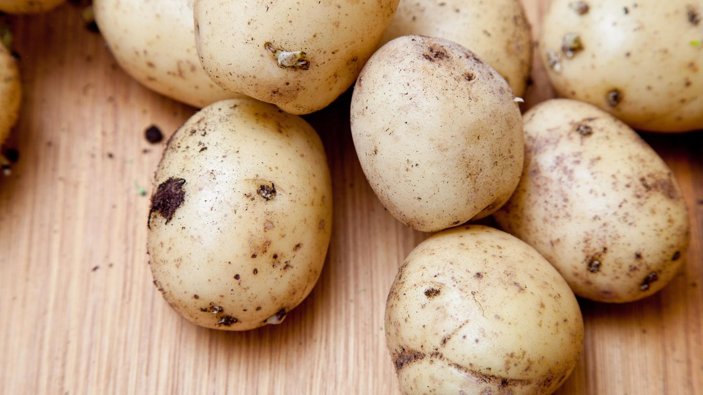 Kartoffeln  Nach Ablauf noch unbedenklich?Tage bis Wochen      Wie prüfen?  Augen:faulige oder grüne Stellen, schimmlig  Nase:stinken unangenehm faulig  Mund:gummiartig, weich      Was tun?Verzehr noch möglich, wenn grüne Stellen und Keime großzügig entfernt werden. Etwas schrumpelige Kartoffeln für Kartoffelbrei oder Suppe verwenden. Reste gekochter Kartoffeln: Bratkartoffeln.      Tipp:So bleiben Kartoffeln länger frisch: Dunkel und kühl lagern, möglichst im Keller oder möglichst unter 10°C. Gekochte Kartoffeln halten sich mindestens 2 Tage im Kühlschrank