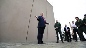 Donald Trump vor Mauer-Prototypen in San Diego County