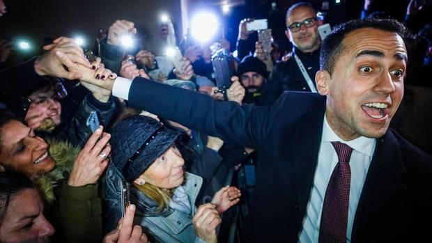 Nur einmal anfassen: Luigi Di Maio lässt sich von seinen Anhängern nahe Neapel feiern