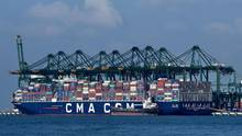 Das Conteinerschiff CMA CGM Antoine de Saint Exupéry kommt nach Hamburg
