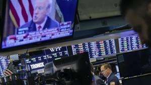 Donald Trump im Fernsehen über dem Parkett in der New Yorker Börse