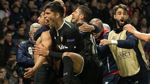 Die Spieler des FC Sevilla feiern den Sieg über Manchester United in der Champions League