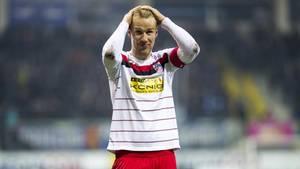 Ein Spieler von Rot-Weiß Erfurt schlägt die Hände über dem Kopf zusammen