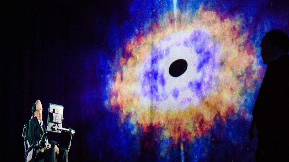 Stephen Hawking hält als live übertragenes Hologramm einen Vortrag über Schwarze Löcher