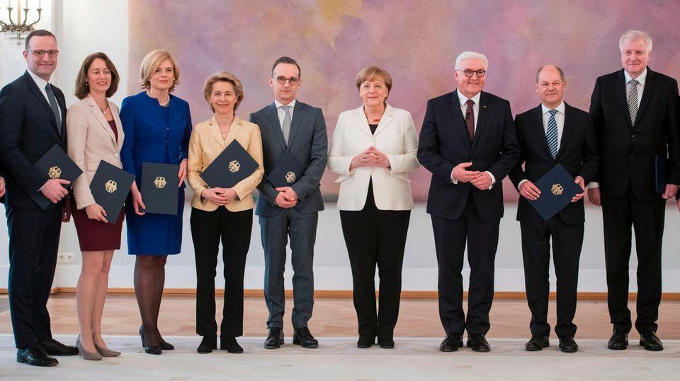 Teile des Kabinetts um Angela Merkel im Schloss Bellevue