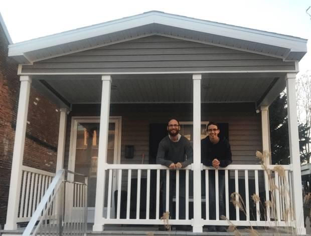 Garrett und Claudia Pennington in ihrem neuen Tiny House