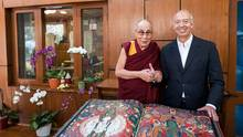 "Verleger Benedikt Taschen übergibt dem Dalai Lama den wertvollen Fotoband ""Murals of Tibet"""