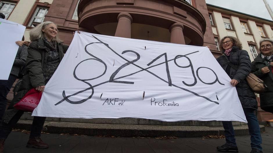Abtreibungsgesetz: Paragraf 219 - Auf Twitter kritisieren viele den SPD-Rückzug