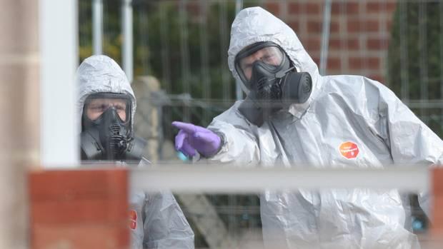 Soldaten tragen Schutzanzüge während der Ermittlungen zur Vergiftung des Ex-Doppelagent Skripal und dessen Tochter.