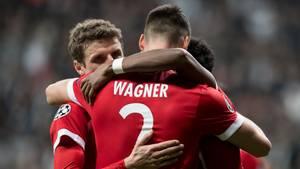 Die Bayern-Spieler Thomas Müller, Sandro Wagner und David Alaba umarmen einander nach dem 3:1 bei Besiktas Istanbul