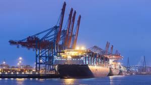 """Das Containerschiff """"Antoine de Saint Exupéry"""" auf der Elbe in hamburg"""