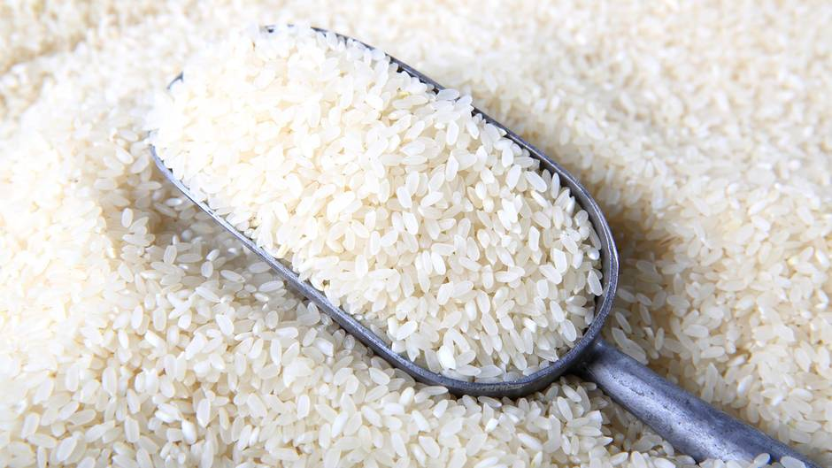 Sie vergessen Reis und Wasser abzumessen  Ein typischer Fehler. Benutzen Sie einen trockenen Becher, um ihren Reis abzumessen. Die goldene Reis-Regel besagt: ein Becher Reis zu zwei Bechern Wasser.