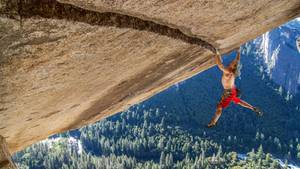 Auf Zak  Heinz Zak in Aktion. Auch mit fast 60 Jahren klettert er noch schwierigste Routen.