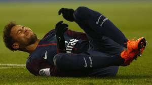 Neymar, im Trikot von PSG liegt auf dem Rasen