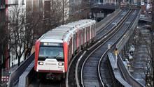 Eine Hamburger U-Bahn fährt am Hafen entlang