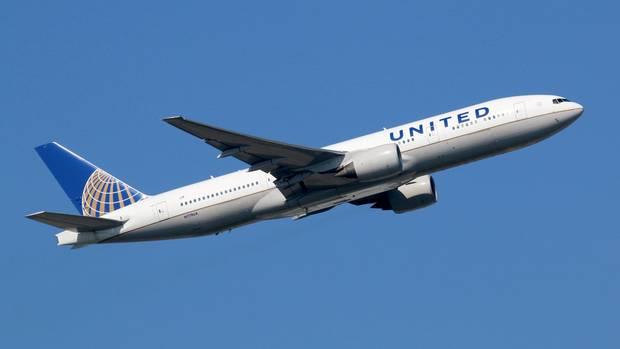 Aufsteigendes Flugzeug der United Airlines