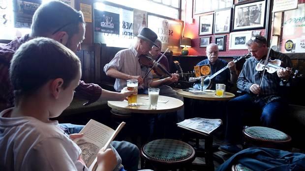 Musiker treffen sich zu einer Session im Cobblestone Pub