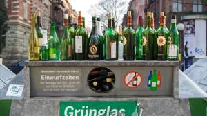 Grünes Altglas auf Altglascontainer