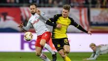Ein Spieler von RB Salzburg und einer von Borussia Dortmund kämpfen um den Ball