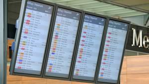 Anzeigetafeln mit fiktiven Flügen im Terminal des Hauptstadtflughafens