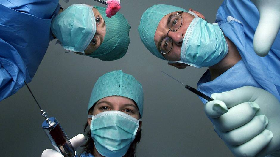 Der Blick eines Patienten auf dem OP-Tisch auf Ärzte (Symbolfoto)