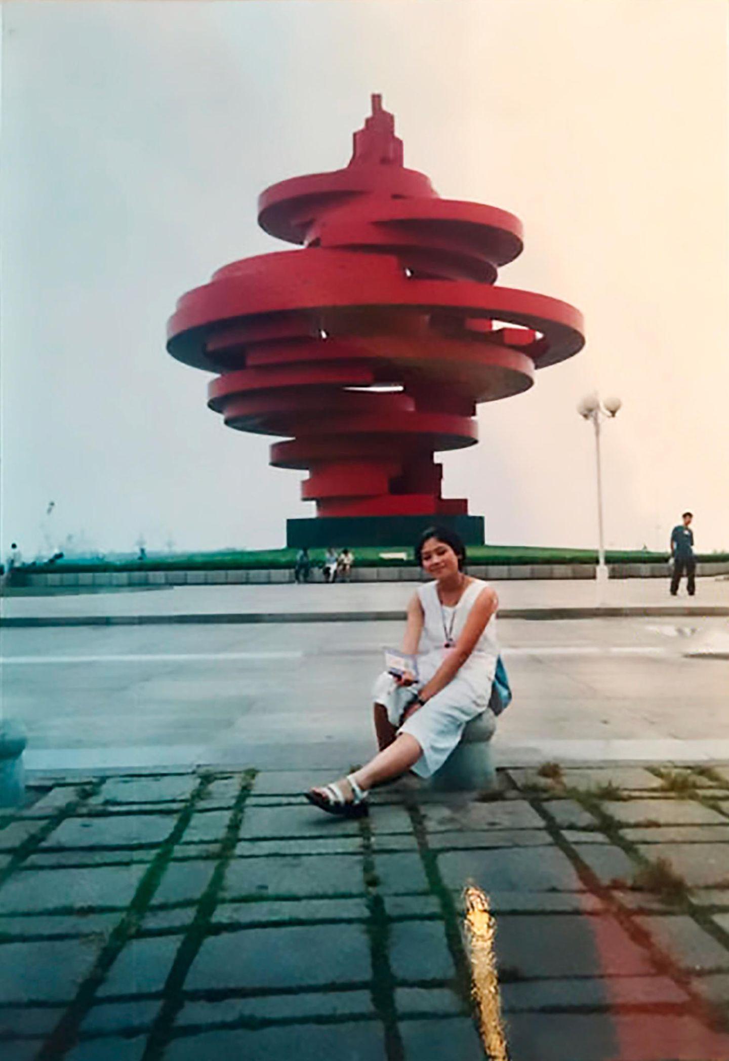 Junge Frau vor Skulptur