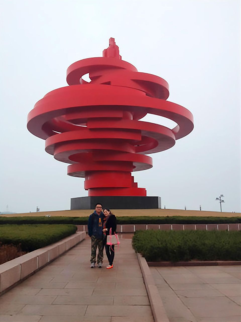 Xue und Ye gemeinsam vor dem Denkmal am Platz des 4. Juli