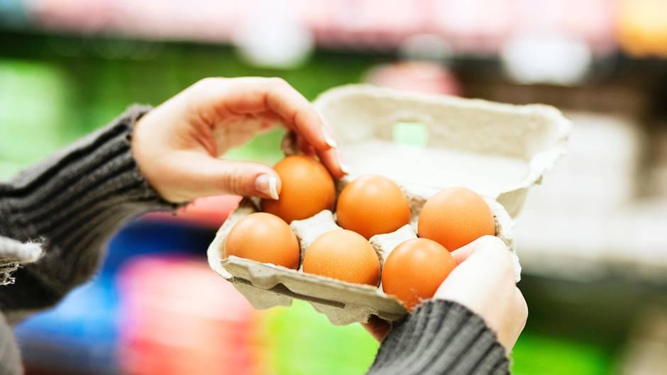 Einkaufen im Supermarkt: Warum Kassierer wirklich den Eierkarton öffnen - es ist nicht wegen möglicher Bruchstellen