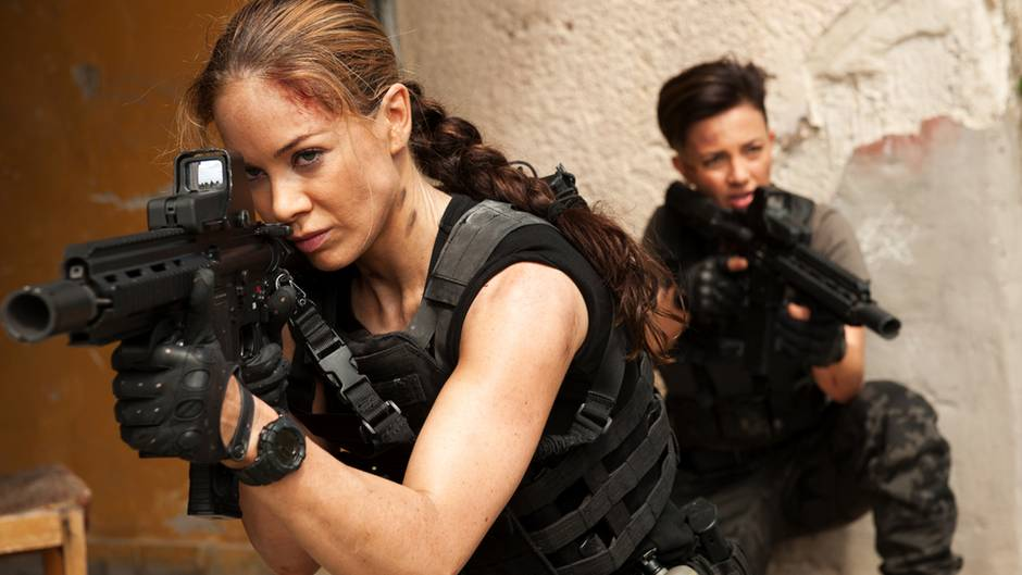 """Coole Sprüche, Frauen (und Männer) mit Muskel und jede Menge Explosionen - so wird bei """"Strike Back"""" die Welt gerettet."""