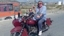 Gérard Depardieu sitzt im Beiwagen eines Motorrades, das Gérard Depardieu fährt