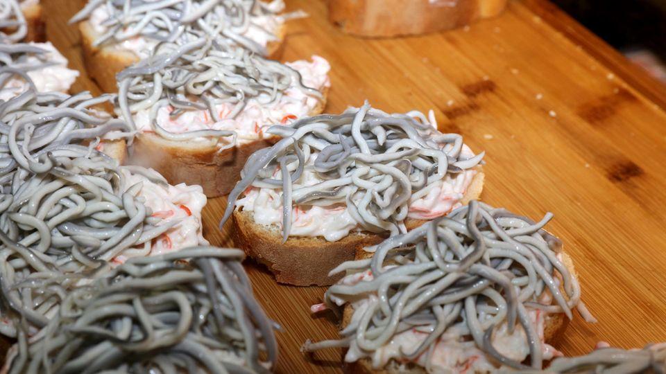 Gern als Tapas für horrende Preise serviert: Angulas auf Brot