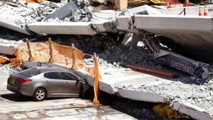 Zerstörtes Auto ist unter einer eingestürzten Brücke