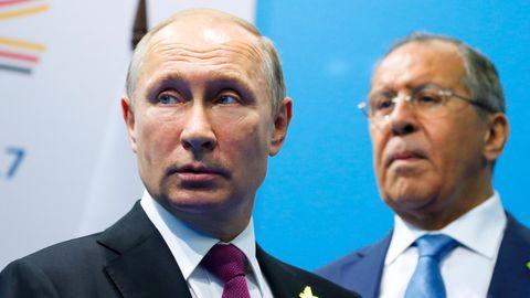 Russlands Präsident Wladimir Putin (l.) und Außenminister Sergej Lawrow (r.) senden nicht nur nach Großbritannien ein Signal der Stärke, sondern auch ans eigene Volk (Archivbild vom Juli 2017)