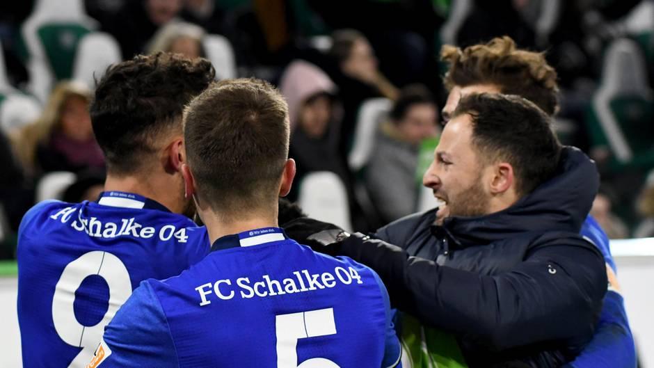 Schalkes Trainer Domenico Tedesco (r.) hatte allen Grund, mit seinen Spielern zu jubeln